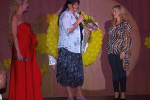 Riaditeľka n.o. Slniečko Marianna Kováčová (v strede) ďakuje za pomoc speváčke Brigite.