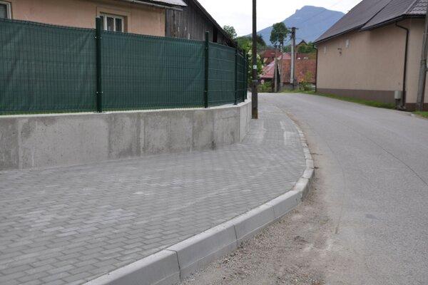 Vynovený chodník v Oravskej Porube.