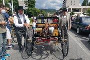 Replika prvého benzínového auta, tzv. trojkolky.