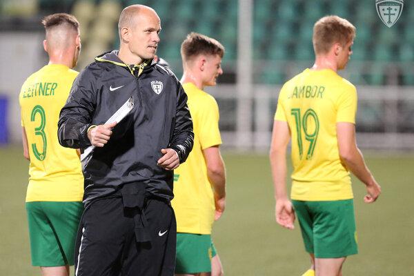 Miloš Volešák si prácu trénera brankárov užíva.