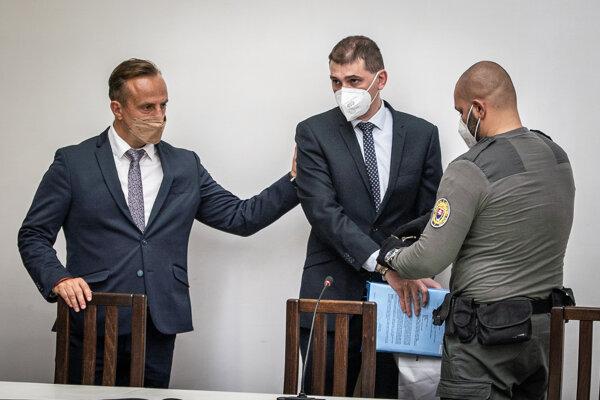 Riaditeľa inšpekčnej služby Adriána Szabóa brali do väzby na Najvyššom súde. Vedľa neho (vľavo) stojí jeho advokát Zoltán Perhács.