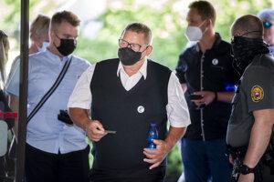 Na snímke uprostred Jozef Kuciak, otec zavraždeného Jána Kuciaka, prichádza na verejné zasadnutie na Najvyššom súde.
