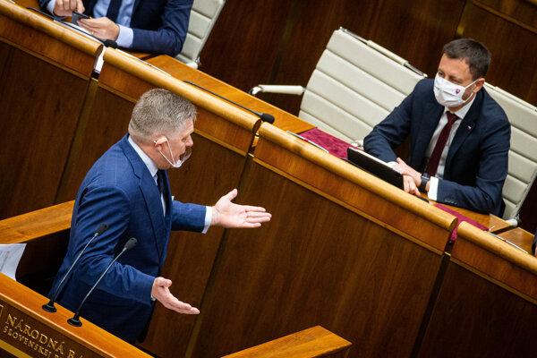 Poslanec Robert Fico a premiér Eduard Heger v parlamente.