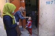 Zdravotníčky s ochrannými rúškami počas očkovania proti obrne v Kábule v utorok 30. marca 2021.