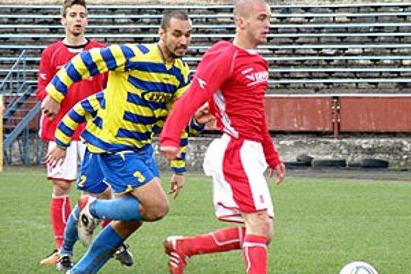 Považská Bystrica (v červenom) porazila Palárikovo 5:1. V zápase padli tri góly z penált.