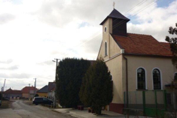 Kostol v Prílepoch, v ktorom kryptu zniesli zo sveta novou keramickou dlažbou.