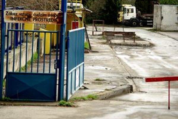 Aj po zrušení nitrianskej kafilérie slúžil jej areál ako prekladisko živočíšneho odpadu. Teraz chce firma prekladať odpad v Malom Cetíne.
