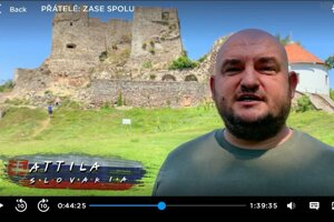 Záber na Levičana pred Levickým hradom sa objavuje vo filme približne v 44. minúte.