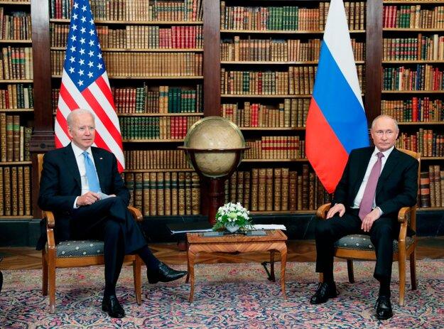 Americký prezident Joe Biden (vľavo) a ruský prezident Vladimir Putin (vpravo).