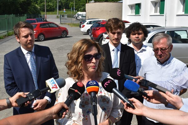 Zľava viceprimátor Vladimír Feľbaba, primátorka Andrea Turčanová a poslanci Lukáš Anderko, Jozef Demčák a Mikuláš Komanický.