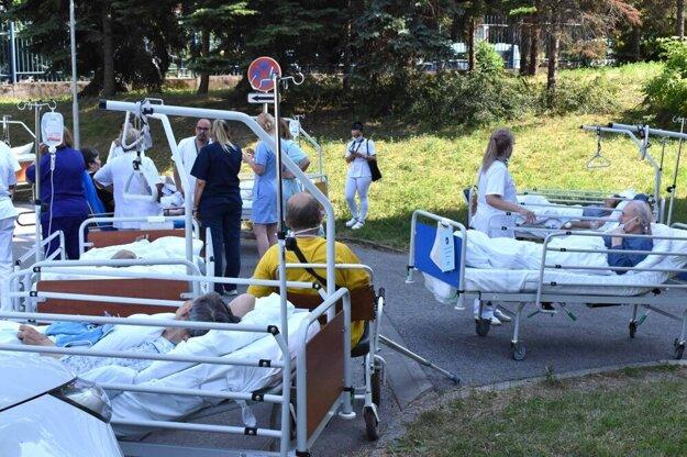 Evakuovaní pacienti košickej nemocnice, ktorú zachvátil oheň.