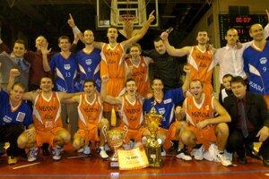 Foto po stretnutí Final Four Slovenského pohára, v ktorom si zmerali sily basketbalisti BK E.S.O. Lučenec s AŠK Inter Slovnaft Bratislava 17. decembra 2006 v Lučenci. Na snímke radosť víťazov z Lučenca.