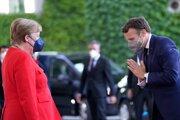 Nemecká kancelárka Angela Merkelová a francúzsky prezident Emmanuel Macron počas stretnutia v Berlíne.