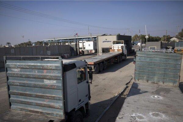 Nákladné autá parkujú na palestínskej strane cargo hraničného priechodu Kerem Šalom pri meste Rafah na juhu pásma Gazy.