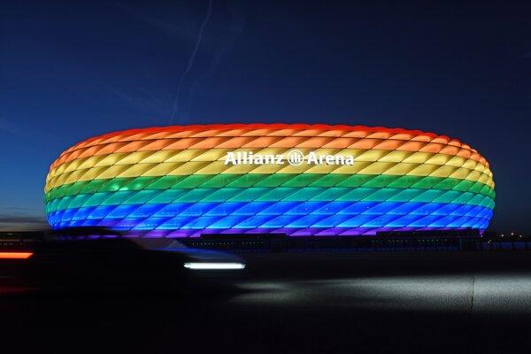Na archívnej snímke z 9. júla 2016  štadión Allianz Arena je osvetlený v dúhových farbách v Mníchove.