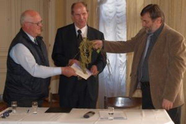 Zbierku básní a epigramov krstili brezovými prútmi - zľava Ivan Godál z LKJJ, autor Milan Hodál a krstný otec Ľubomír Kralčák.
