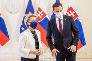 Predsedníčka Európskej komisie Ursula von der Leyenová a slovenský premiér Eduard Heger.