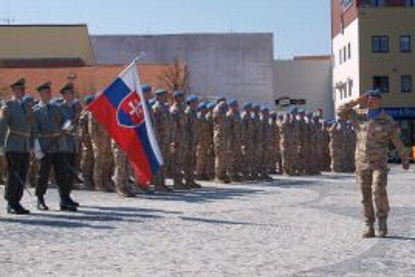 Veliteľ jednotiek podplukovník Ľubomír Chrenko pri slávnostnom nástupe vojakov na Svätoplukovom námestí.