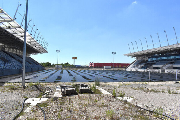 Kedy absolvuje košický klub prvý zápas v novej aréne, je otázne. Štadiónu chýba to najzákladnejšie - zatrávnená hracia plocha.