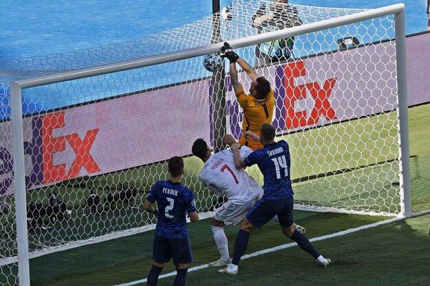 Vlastný gól Martina Dúbravku v poslednom zápase našich na EURO 2020. Kliknite na obrázok a prečítajte si o hanebnom debakli a vypadnutí Slovenska.