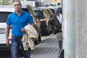 Obžalovaný expolicajt Ľuboš Tiefenbach prichádza na hlavné pojednávanie na Okresný súd v Bratislave 12. apríla 2016.