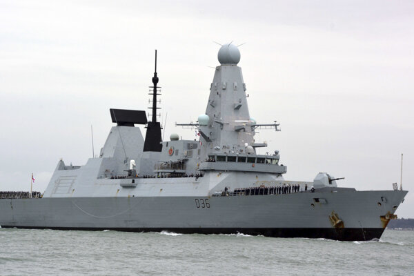 Britský torpédoborec Defender.