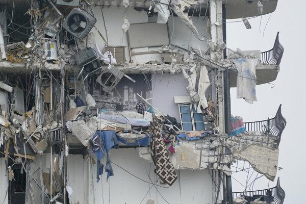 Pohľad na zničenú budovu.