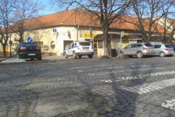 Mestskí policajti riešili ľudí parkujúcich pri kostole. Podľa čitateľa Mareka stáli na mieste, kde to nemali dovolené.