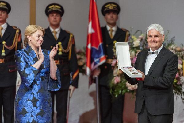 Čekan si preberá štátne vyznamenanie Rad Ľudovíta Štúra II. triedy.