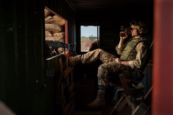Estónsky vojak stráži vstup do základne v Mali.