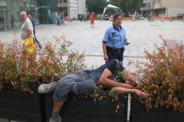 Po uvoľnení opatrení sa rozmohlo pitie na verejných priestranstvách.