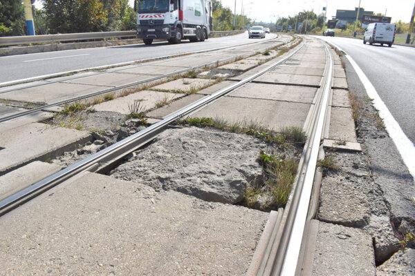 Zničená električková trať na Alejovej.