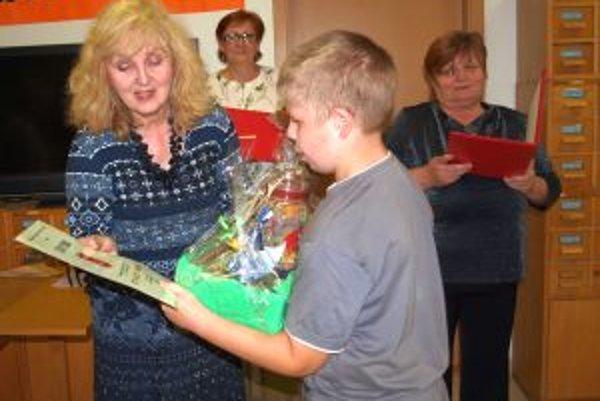 Marta Pernická pri odovzdávaní cien deťom v súťaži Čítajte s nami.