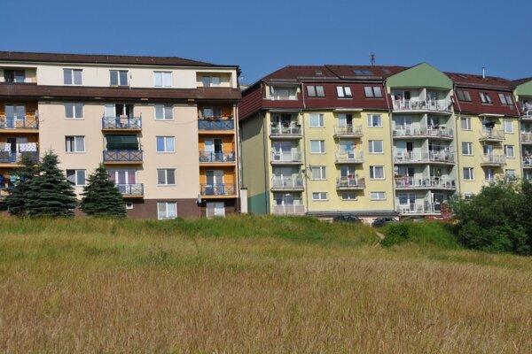 Majiteľom bytov vbytovke napravo sa nepáči, že pod ňou majú vyrásť ďalšie dve. Bytový dom vľavo patrí mestu.
