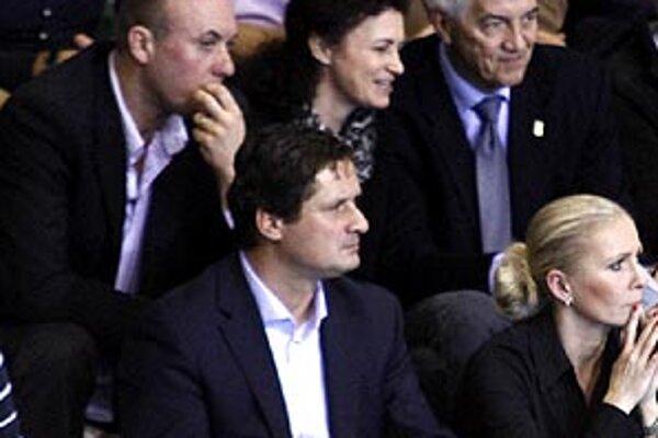 Juraja Poláka (hore vľavo) tešia slová uznania od sekretára FIBA Europe Nara Zanolina (tretí zľava).