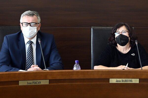 Predseda Ústavného súdu Slovenskej republiky Ivan Fiačan a sudkyňa spravodajkyňa Jana Baricová.
