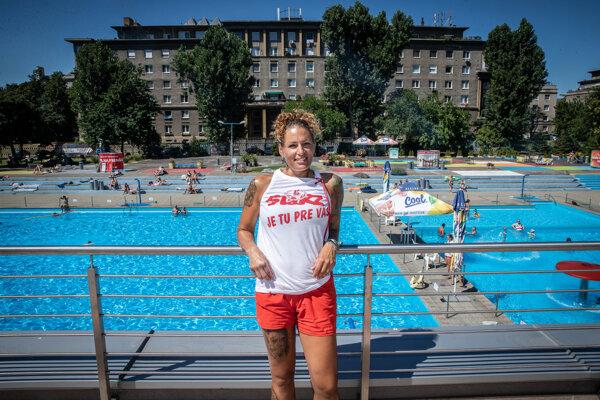 Mária Dávidová je už päť rokov plavčíčkou na bratislavskom kúpalisku Delfín.