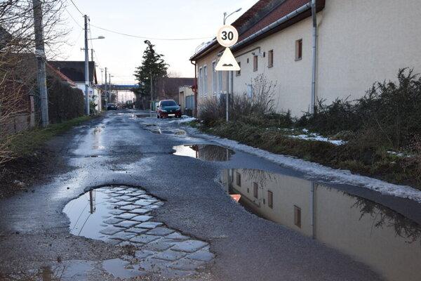 Opravy cesty sa dočkajú aj obyvatelia Železničnej ulice.