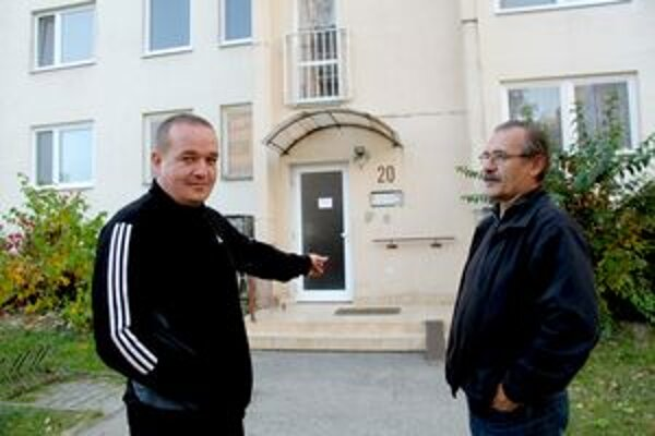 Majitelia bytov sa už obrátili na políciu. Vpravo správca domu Slavo Bafrnec.