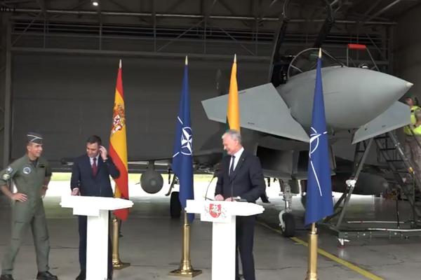 Tlačovku španielskeho premiéra a litovského prezidenta prerušili pre prelet dvoch ruských bombardérov.