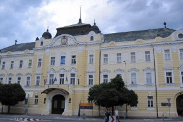 Nitriansky samosprávny kraj je roztrúsený na piatich miestach po celej Nitre. Župan sídli v historickom Župnom dome.
