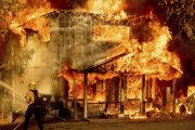 Západ USA sužujú požiare.