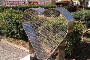 Srdce osadili pri gymnáziu.