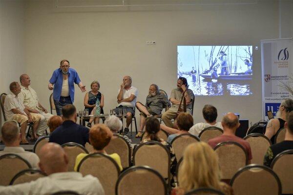 """V novej sále na """"Osvete"""" sa už konalo viacero podujatí. Táto fotka je zo stretnutia, kde sa spomínalo na zosnulého divadelníka, Vlada Sadílka."""