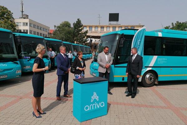 Nové autobusy prímestskej autobusovej dopravy v NSK sú klimatizované a bezbariérové.