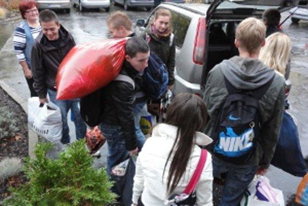 Stredoškoláci priniesli plné vrecia oblečenia.