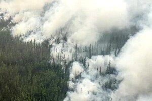 Lesný požiar, ktorý horí v Irkutskej oblasti na Sibíri v nedeľu 13. júna 2021.