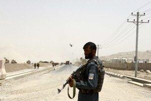 Afganský policajt hliadkuje v Kandaháre.