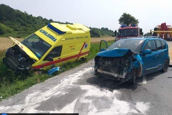 Zranil sa vodič sanitky aj posádka auta.