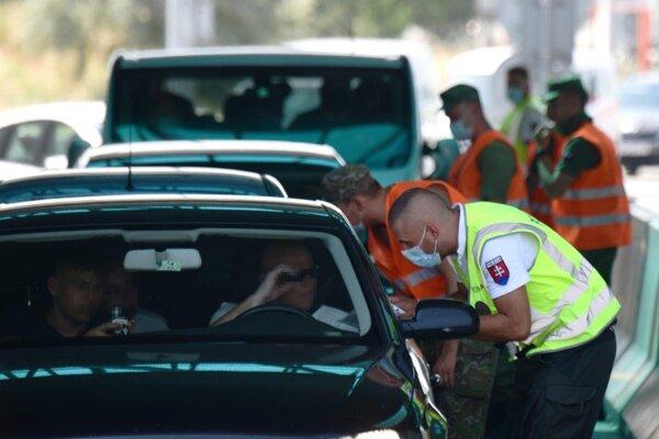 Policajná kontrola na hraničnom priechode.